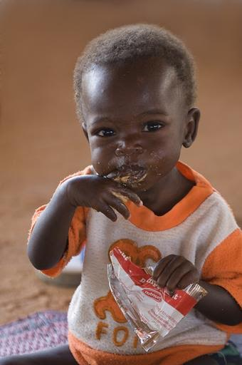 CRENA Niger, DAN ISSA  juin 2008. Une grande majorite des enfants souffrant de malnutrition sont traites directement en ambulatoire dans les centres nutritionnels MSF. Les mamans se rendent une fois par semaine au centre pour recuperer les quatorze pots de plumpy nut necessaires au traitement d'un enfant pendant une semaine.